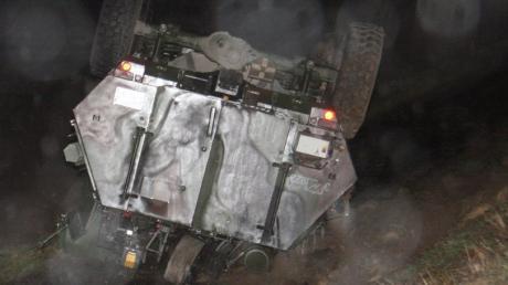 Spähpanzer der Bundeswehr landet auf Fahrradweg