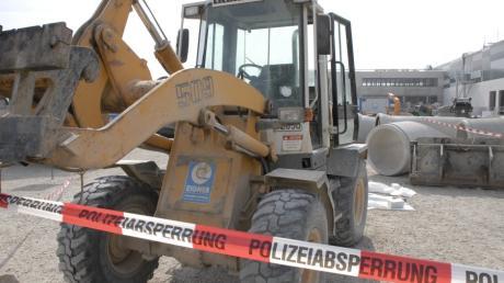 Radlader überrollt Bauarbeiter auf der Baustelle des Lidl -Zentrallagers.