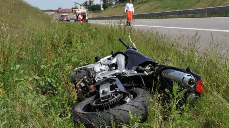 Motorradfahrer gerät auf B17 in Leitplanke und stürzt tödlich.