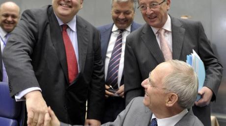 Der griechische Finanzminister Evangelos Venizelos trifft Wolfgang Schäuble beim Euro-Finanzminister-Treffen.