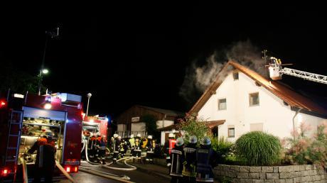 Nach einem Blitzeinschlag ist der Dachstuhl eines Wohnhauses in Brand geraten.