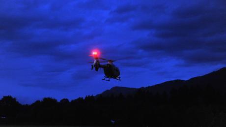 Die Besatzung eines Polizeihubschraubers hat in der Nacht auf Samstag zwei Jugendliche auf einem Feld entdeckt. Sie waren zuvor mit drei weiteren Insassen in einem Auto durch den wald geflüchtet.