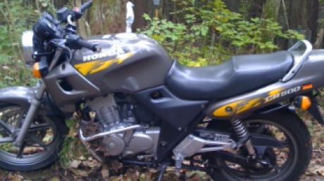 """Die mutmaßlichen Täter sind mit diesem grauen Motorrad der Marke Honda, Typ CB 500, mit gelben Mustern auf dem Tank bzw. den Seitenteilen und dem amtlichen Kennzeichen A-L 307 (eine sog. """"Kennzeichendublette"""") gefahren."""