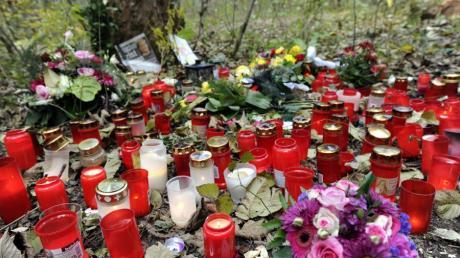 Polizist Mathias Vieth wurde bei einer Verfolgungsfahrt im Augsburger Siebentischwald getötet. Seine Kollegin fordert nun Schmerzensgeld von den Mördern.