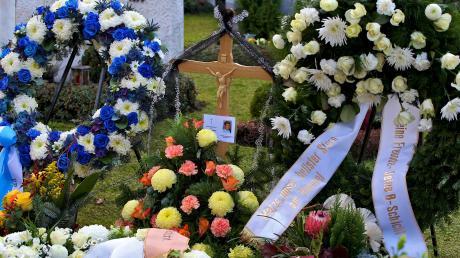 Am Grab des ermordeten Polizisten haben die Trauernden Blumenkränze niedergelegt.