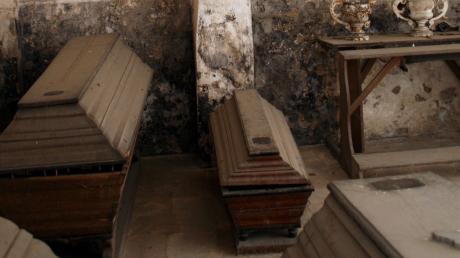 Die Mumien wurden in diesen Särgen gefunden.