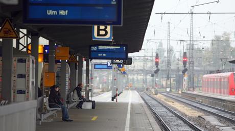 Ein Mann hat sich am Augsburger Hauptbahnhof gegenüber Polizisten aggressiv verhalten. Nun wurde er vor  dem Amtsgericht verurteilt.