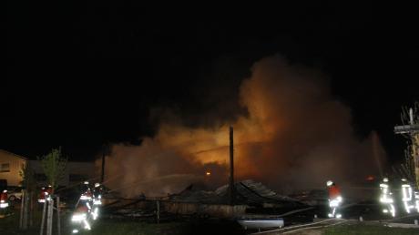In der Nacht zum Montag brannte in Illerrieden (Alb-Donau-Kreis) die Lagerhalle eines Holzhandelsbetriebes komplett ab.
