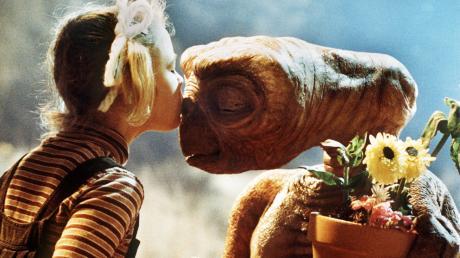 E.T. entsprang der Fantasie der Filmwelt. Professor Stefan Hölzl glaubt, dass es im All tatsächlich intelligentes Leben gibt.