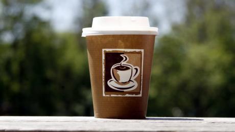 Ein Missgeschick beim Kaffeetrinken hat zu einem Unfall auf der A 96 geführt.