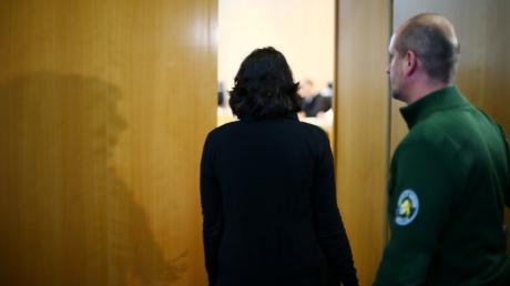 Im Augsburger Polizistenmord-Prozess hat am dritten Verhandlungstag die einzige Augenzeugin der Bluttat, Dina K., ausgesagt.