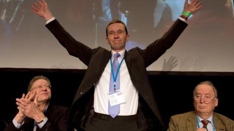 """Die neue Anti-Euro-Partei """"Alternative für Deutschland"""" kommt nach einer Umfrage aus dem Stand heraus auf drei Prozent. Bernd Lucke (Mitte) freut sich neben Konrad Adam (links) und Alexander Gauland während des Gründungsparteitages der Partei Alternative für Deutschland (AfD) am 14. April 2013 in Berlin über seine Wahl zu einem der drei Parteisprecher."""