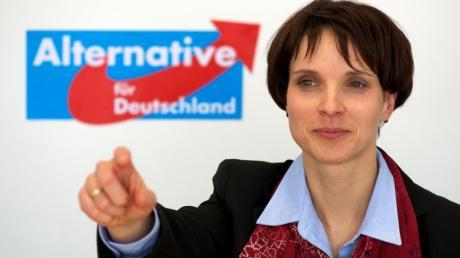 Frauke Petry, Vorstandsmitglied und Sprecherin der Partei Alternative für Deutschland (AfD):  Die Partei fordert das Ende des Euro. Um den Austritt aus der Eurozone zu erzwingen, soll Deutschland weitere Hilfskredite für Krisenländer verweigern.