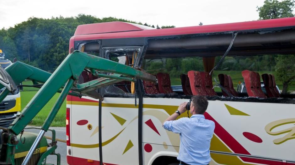 Mittelfranken: Traktor schlitzt Schulbus auf: Bub (13) stirbt ...