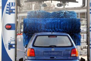 Nach der Fahrt durch die Waschanlage ist Ihr Wagen nicht wiederzuerkennen? Wenn Sie diese Tipps beachten, stehen Sie mit dem Schaden nicht alleine da.