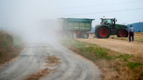 Landwirtschaftliche Maschinen wirbeln auf Feldwegen viel Staub auf. Dieses Problem gibt es auch in Axtbrunn, wo ein Landwirt eine neue Halle bauen will. (Symbolbild)