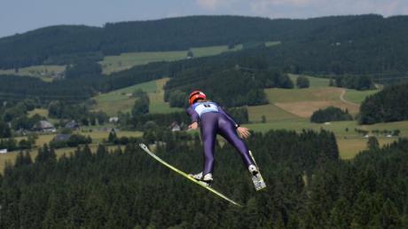 Svenja Würth aus Deutschland springt am 27.07.2013 beim Sommerskispringen in Hinterzarten (Baden-Württemberg) im Mixed-Wettbewerb vor der Schwarzwaldkulisse.