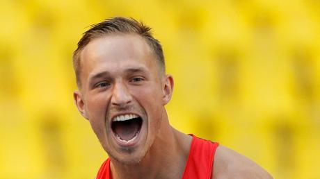 Zehnkämpfer Michael Schrader freut sich über seine Silbermedaille bei der Leichtathletik-WM 2013 in Moskau.