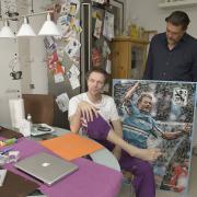 Die Hoffnung bleibt: Ex-Fußball-Profi Olaf Bodden im August an seinem Küchentisch. Der Präsident des TSV 1860 München, Gerhard Mayrhofer, hat ihm ein altes Plakat mit zahlreichen Fan- Spielerunterschriften mitgebracht.