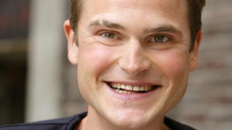 ARCHIV - Der Schauspieler Fabian Hinrichs posiert am 04.08.2008 in Berlin bei Dreharbeiten für den Film «66/67». Foto: Jens Kalaene/dpa (zu dpa «Neuer «Tatort»-Kommissar schweigt über seine Rolle» vom 28.12.2013) +++(c) dpa - Bildfunk+++