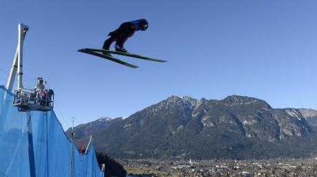 Simon Ammann ist der Top-Favorit auf den Sieg bei der Vierschanzentournee. Das zweite Springen aus Garmisch-Partenkirchen ist live im ZDF und auf Eurosport zu sehen.