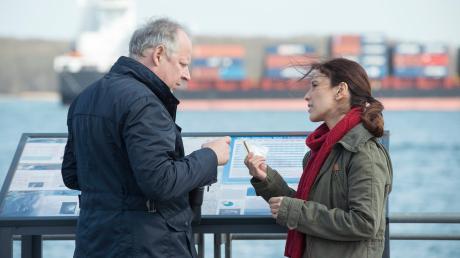 """In der """"Tatort""""-Folge aus Kiel, """"Borowski und das Meer"""" wird ein Jurist umgebracht. Die Ehefrau gerät in Verdacht."""