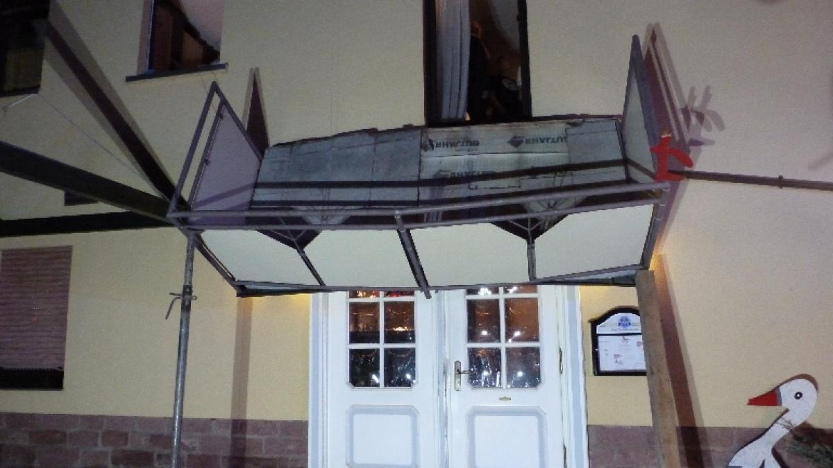 Unterfranken Balkon St Rzt Von Haus Zwei M Nner Schwer