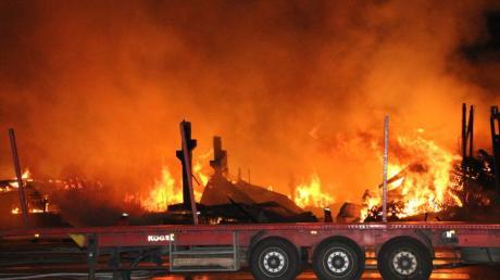 Die Produktionshalle des Holzwerkes brannte völlig nieder.