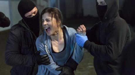 Kommissarin Nora Dalay (Aylin Tezel) wird von Nazis überfallen - eine Szene aus dem Tatort aus Dortmund.