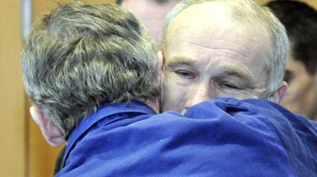 Zwei Brüder, zwei Mörder: Rudolf Rebarczyk und Raimund Mayr (rechts) haben sich im Gerichtssaal zum letzten Mal gesehen.