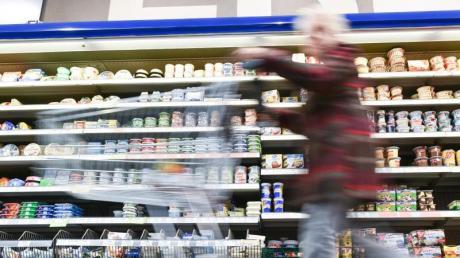Wer im Supermarkt nicht einem Etikettenschwindel erliegen will, sollte nicht immer seinen Augen trauen. Hilfestellung gab der Europäische Gerichtshof. Er entschied am 4.6. 2015, dass keine Fotos von Vanille und Himbeeren auf einer Früchteteepackung abgebildet sein dürfen, wenn weder diese Zutaten noch deren Aromen im Tee enthalten sind. Foto: Uwe Anspach/dpa