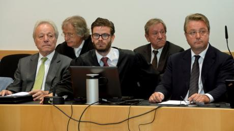 Morgen fällt das Urteil gegen  Augustin (l.), Edgar und Karl Inhofer  (4. und 5. v.l.) sowie Dr. Peter Schorr.