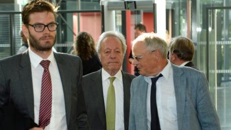 Eingerahmt von seinen Anwälten betritt August Inhofer (Mitte) zum Auftakt des Prozesses das Justizgebäude.