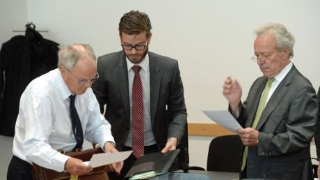 Den Geschäftsführern des Möbelhaus Inhofer August (Foto rechts mit Anwälten), Edgar und Karl Inhofer wird mehrfache Hinterziehung von Sozialleistungen und Steuern vorgeworfen.