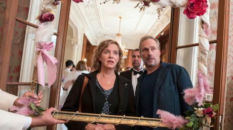 """Hauptkommissarin Anna Janneke (Margarita Broich) und Paul Brix (Wolfram Koch) müssen im Tatort """"Hinter dem Spiegel"""" in Frankfurt den Tod eines Politikers aufklären."""