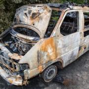 Ein ausgebrannter VW-Bus von Mitgliedern des Willkommenskreises für Flüchtlinge in Neuhardenberg. Ein Ehepaar wurde Opfer eines Brandanschlags, weil sie sich für Flüchtlinge engagieren. Foto: Patrick Pleul