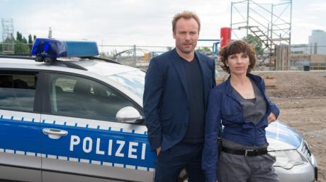Die Schauspieler Meret Becker (als Kommissarin Rubin) und Mark Waschke (als Kommissar Karow) posieren am Set des neuen Tatorts