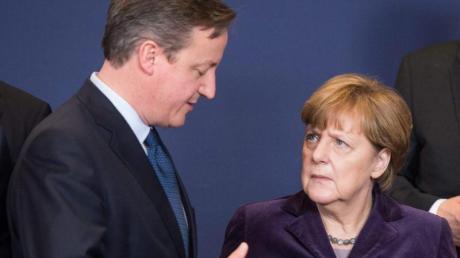 Kritischer Blick:Angela Merkel mustert den britischen Premierminister David Cameron. Londons Forderungen für einen EU-Verbleib sind happig.
