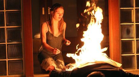Was für ein Einstieg für den Tatort heute vom Bodensee: Rebecca sitzt neben der brennenden Leiche ihres Entführers.