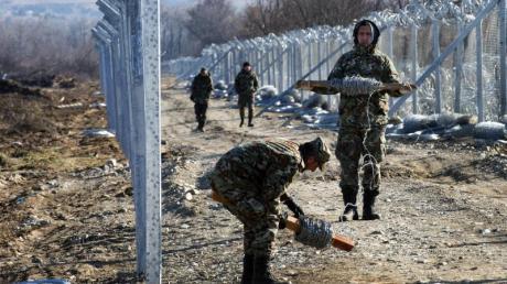 Mazedonische Soldaten beim Bau einer zweiten Grenzanlage zum Nachbarn Griechenland.