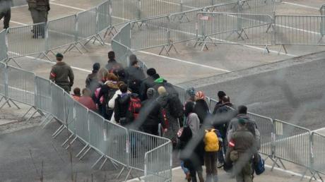 80 pro Tag - nur noch so viele dürfen einen Asylantrag in Österreich stellen. Der Rest muss in Slowenien bis zum nächsten Tag warten. Die Flüchtlingsobergrenze sorgt für schweren Ärger beim EU-Gipfel.