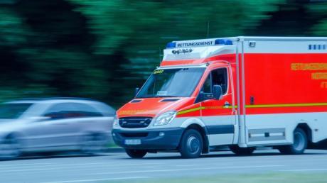 Mehrere Radmuttern waren bei einem Rettungswagen im Unterallgäu gelockert. Noch ist unklar, ob sich jemand daran zu schaffen gemacht hat.