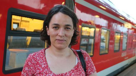 Franziska Werner steht im Hauptbahnhof von Würzburg vor der aus Treuchtlingen gekommenen Regionalbahn. In den gleichen Zug stieg   vermutlich der 17-jährige Angreifer ein.