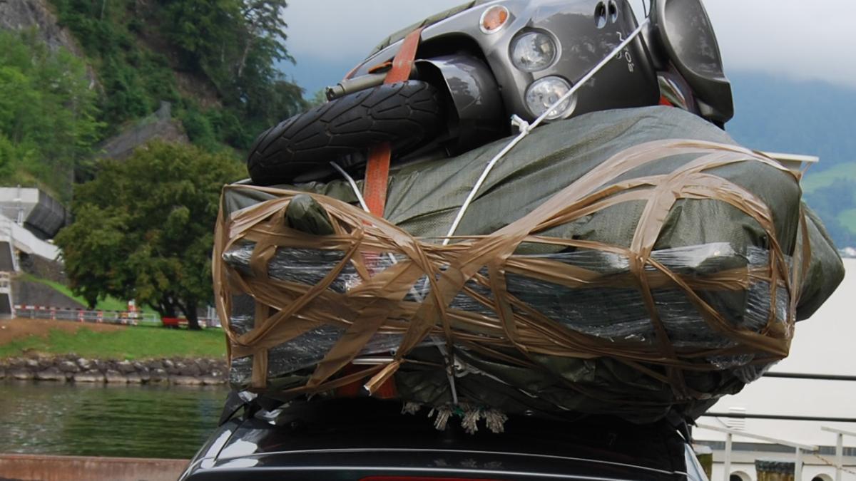 schweiz roller auf dem dach polizei stoppt berladenes auto promis kurioses tv. Black Bedroom Furniture Sets. Home Design Ideas