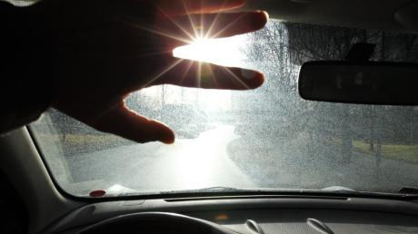 Die tiefstehende Sonne am Morgen und am Nachmittag plagt aktuell viele Autofahrer. Doch bei Unfällen gilt die Ausrede, geblendet worden zu sein, wenig. Die Tipps vom Experten.