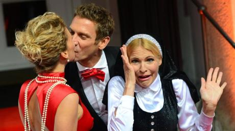 """Janni Hönscheid und Peer Kusmagk in Berlin bei der Premiere von """"Sister Act"""" im Theater des Westens."""
