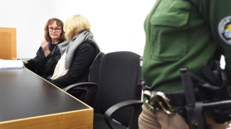 Nach dem Mord an dem Augsburger Polizisten Mathias Vieth vor fünf Jahren verlangt dessen Kollegin von den beiden verurteilten Tätern 40.000 Euro Schmerzensgeld.