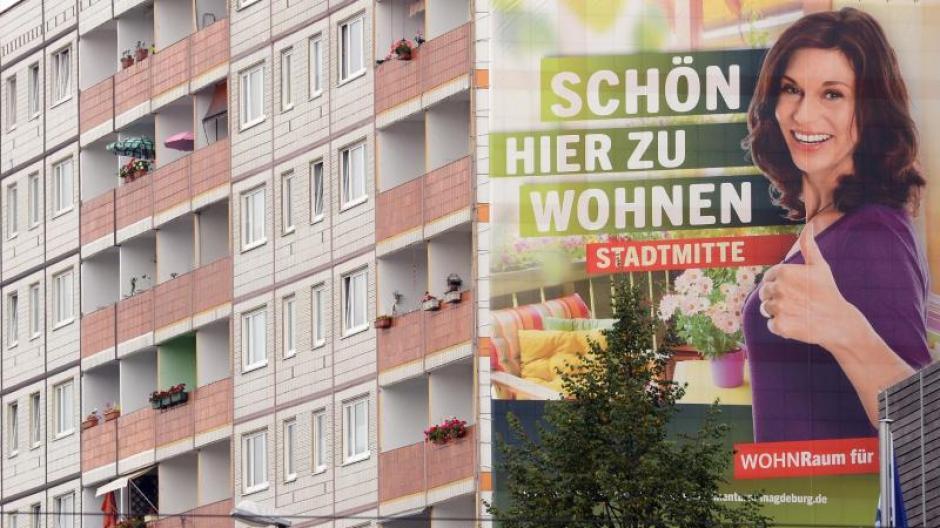 Werbeplakat an der Fassade eines Wohnhauses in Magdeburg: Vor allem in Großstädten, Ballungsgebieten und Universitätsstädten steigen die Mieten weiter. Foto: Jens Kalaene/Archiv