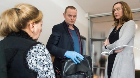 Was Frauen so in Handtaschen mitführen: Petra Lamy als Schulsekretärin, Devid Striesow als Hauptkommissar Jens Stellbrink und Edda Petri alias Schuldirektorin Petra Neuhoff.