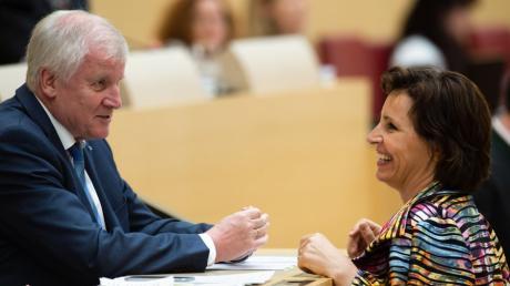 """""""Ich sehe keinen Anlass, dass sie ihre politische Karriere beenden soll"""", sagt Horst Seehofer über Christine Haderthauer."""